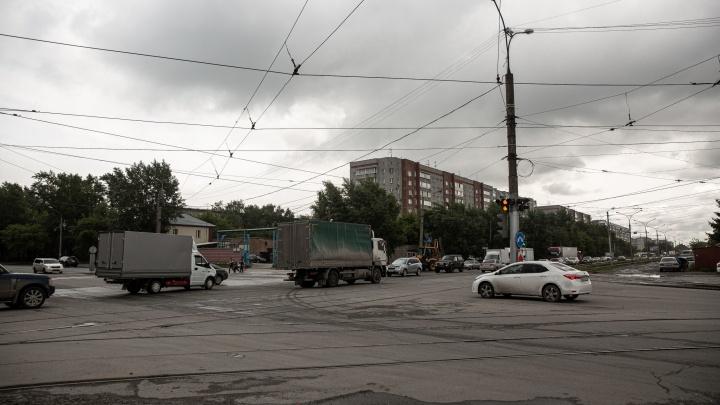 Место в Новосибирске, где 4 ряда превращаются в один — водители давятся, кто быстрее пролезет