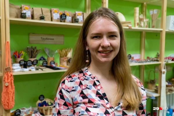 Это Анастасия Трофимова, врач по образованию и одна из совладелиц «Зеленой точки». Она очень подробно рассказала нам о том, как вместе с подругами создавала и развивает магазин