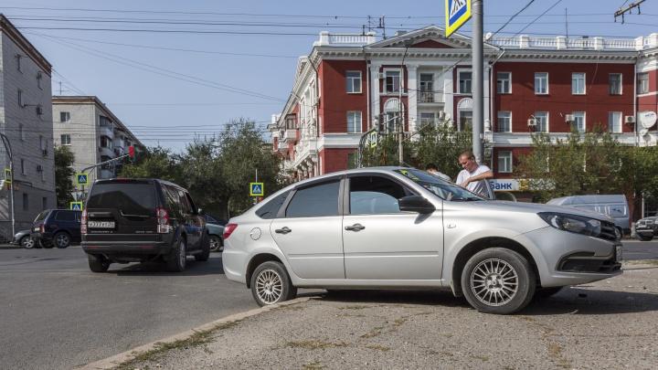 Девушка поторопилась: машина вылетела на тротуар с опасного перекрестка в центре Волгограда