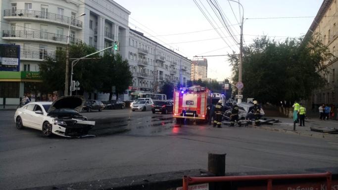 Mercedes от удара загорелся: момент столкновения двух иномарок в Волгограде попал на видео