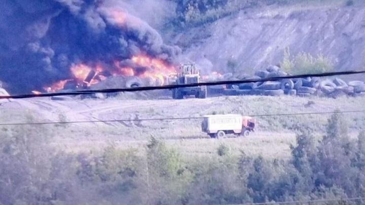 Видно издалека: в Кузбассе загорелся склад c покрышками