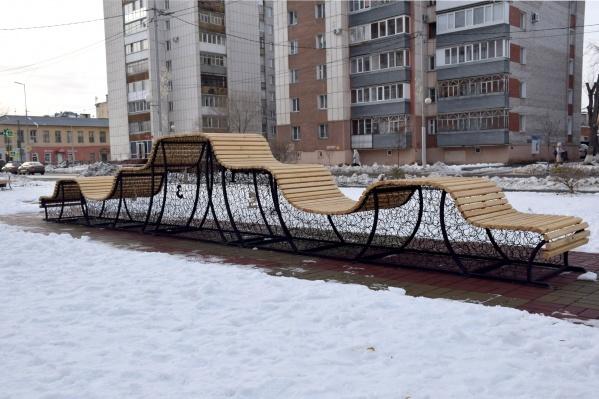 Необычная скамейка появилась в сквере по улице Карла Маркса