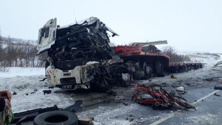 На новосибирской трассе столкнулись две фуры: есть погибший и пострадавший