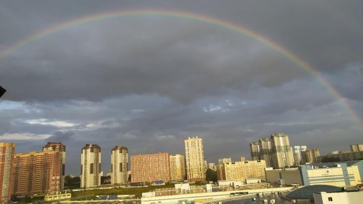 Над Новосибирском зависла двойная радуга — красочные фото из разных районов города