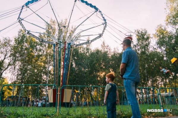 Отец и сын с восторгом смотрят на то, как Омская область снимает ограничения
