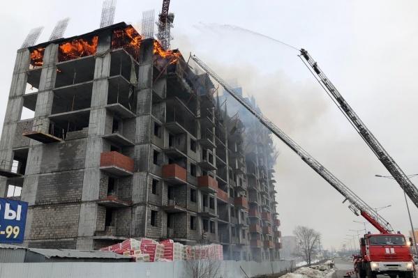 Очевидцы говорят, что со здания летят горящие деревянные палки