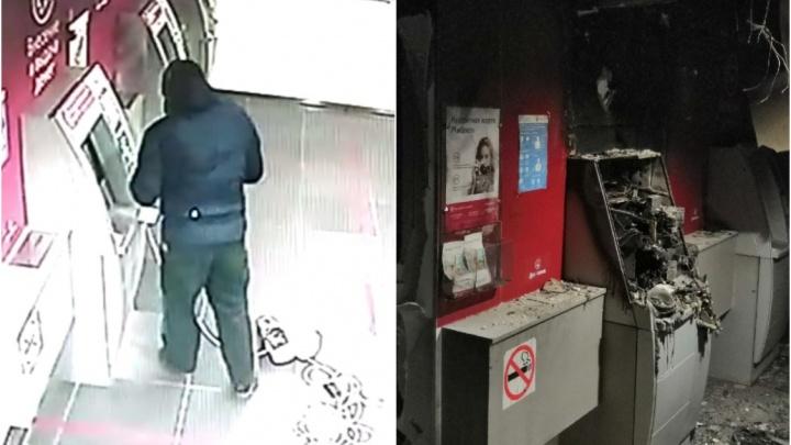 В Тюмени грабитель за ночь подорвал и сжег два банкомата