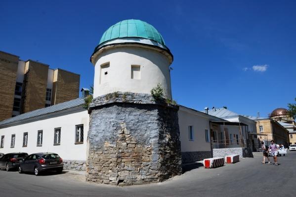 Здание находится на территории Ново-Тихвинского монастыря