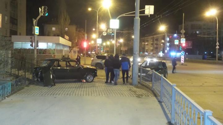 На проспекте Космонавтов машину выбросило на тротуар после столкновения со встречным авто