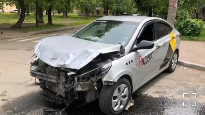 В Уфе столкнулись две легковушки, от удара из машины вылетел ребенок
