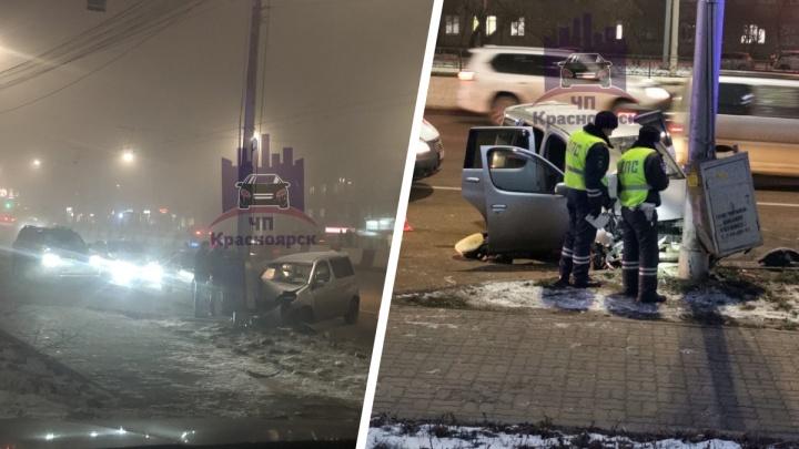 На Партизана Железняка водитель разбил машину о фонарный столб. Предположительно, он умер за рулем