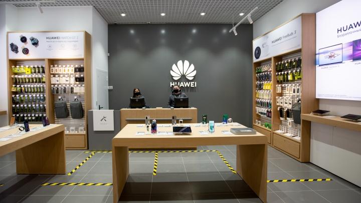 В «Тюмень Сити Молле» сегодня открылся фирменный салон Huawei: тюменцев завалило акциями и подарками
