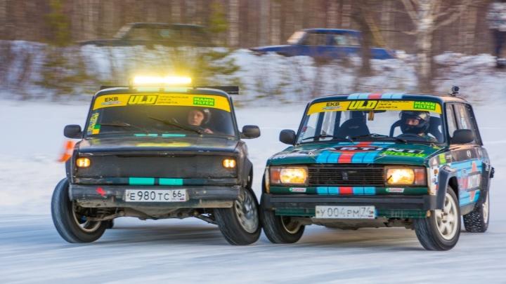 В Полевском гонщики дрифтовали на замерзшем карьере и выяснили, кто быстрее на льду