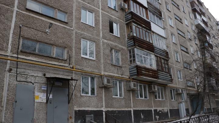 Из окна многоэтажки в центре Перми выпала молодая женщина