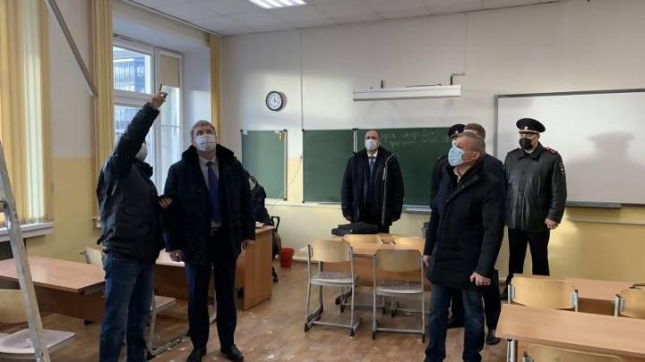 Глава Архангельска назвал ремонт кровли возможной причиной обрушения потолка в 22-й школе