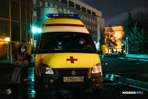 Скорая стояла напротив здания Минздрава, пока пациентам не нашли место в омской больнице