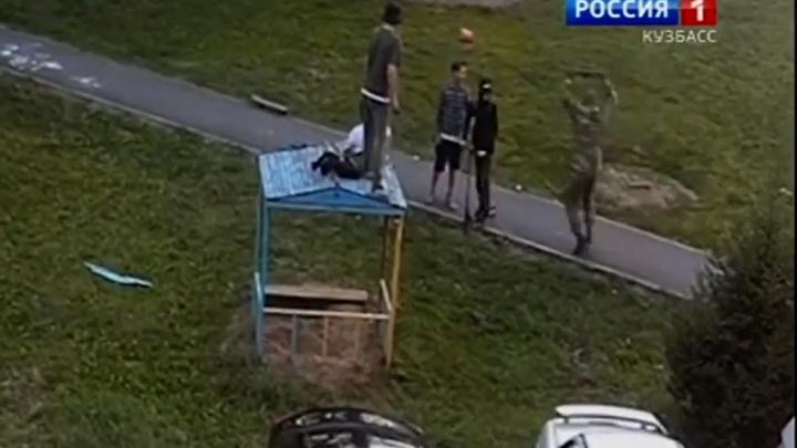 В Кемерово мужчина в камуфляже избил резиновой палкой подростков
