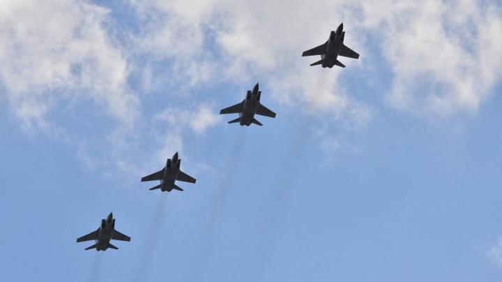 23 самолета и вертолета пронеслись над центром Екатеринбурга
