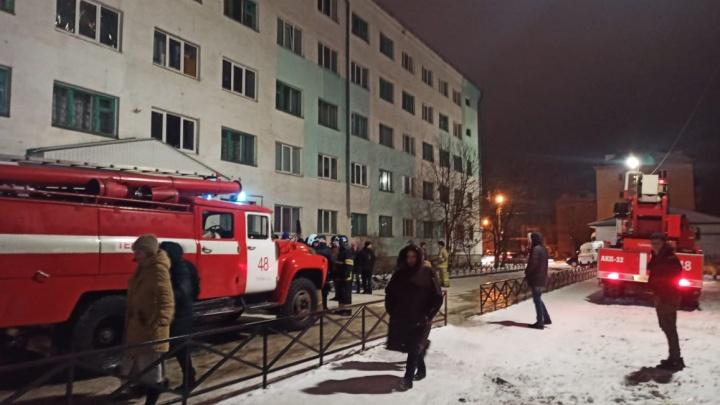 В Башкирии из горящего жилого дома спасли 29 человек. Известно об одном погибшем