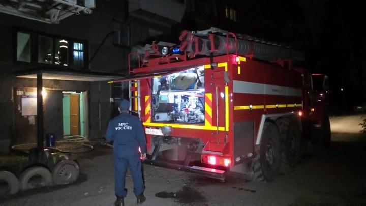 Поджигателя увезла полиция: в Екатеринбурге сгорела квартира в пятиэтажке