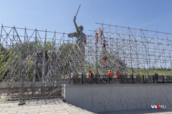 Сцену монтируют возле зала Воинской Славы