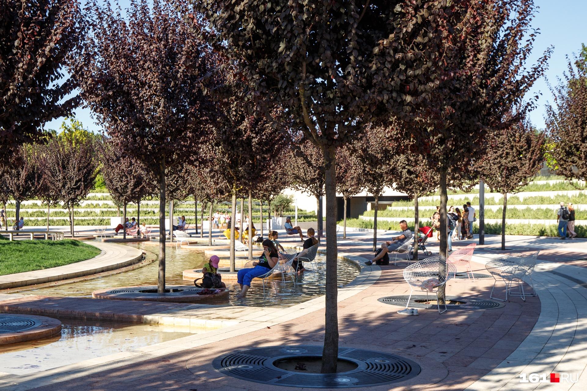 Возле воды в парке стоят стулья. Любой желающий может отдохнуть и немного помочить ноги