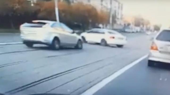 Дорожные войны. Чем грозит езда по трамвайным путям — «слепой» на «Фольксвагене» против «гонщика» на «Форде»