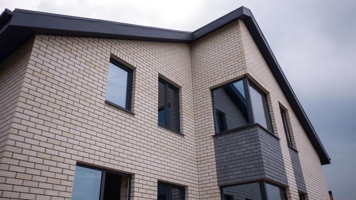 Бело-серый фасад — недорого и со вкусом: какой кирпич выбрать для облицовки дома