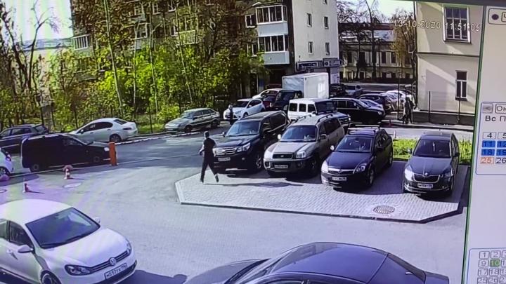 Последние минуты жизни: публикуем видео из двора, где погиб пропавший летчик Руслан Валеев
