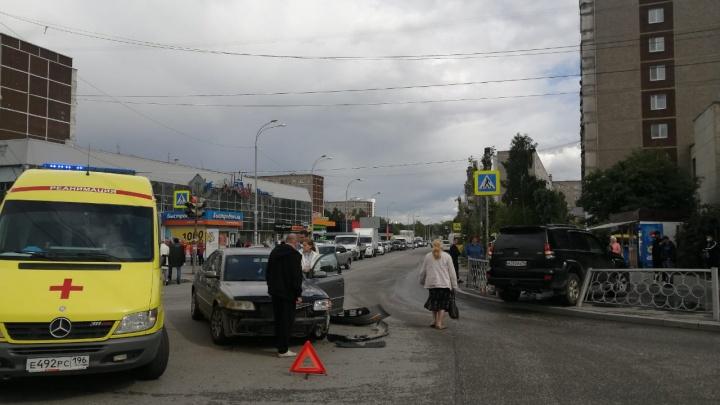 На Пехотинцев попавший в ДТП внедорожник снес забор, который отлетел на пешеходов