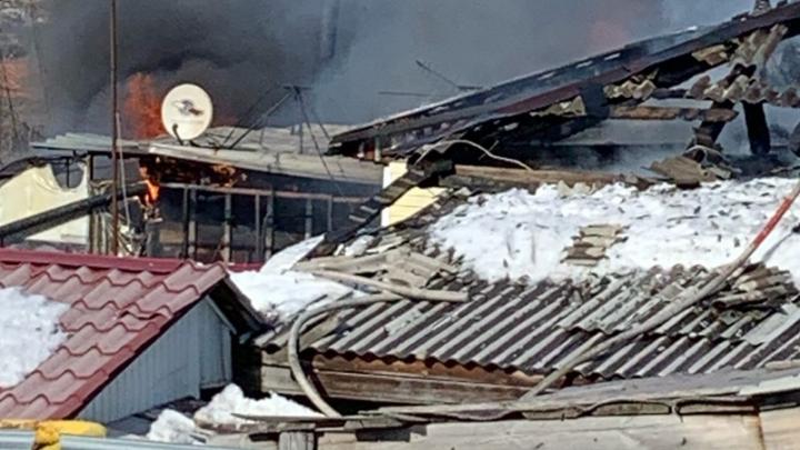 В Новосибирске загорелся частный дом — пожарные работают на месте уже полтора часа