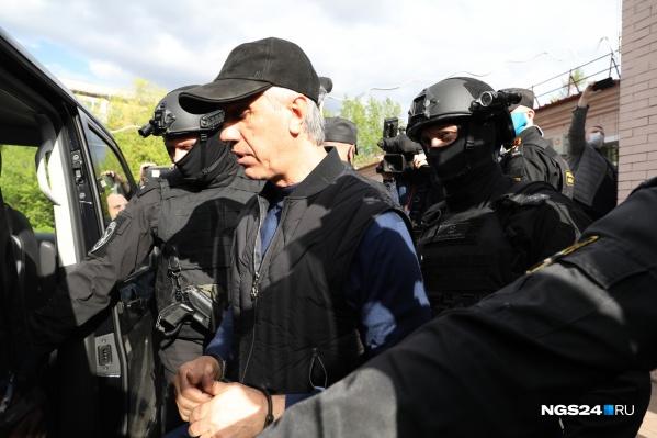 Анатолий Быков выходит из суда Свердловского района, где ему выбрали меру пресечения — арест