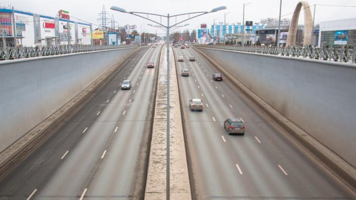 «Мне самому там страшно ездить!»: на Московском шоссе не хватает реверсивных светофоров