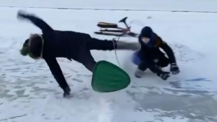 В конце спуска подлетают в воздух: в Затюменском парке дети открыли неработающую горку