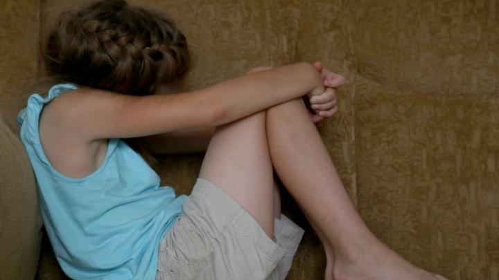 «Брали под опеку только девочек»: приемного отца под Челябинском арестовали за насилие над дочерьми