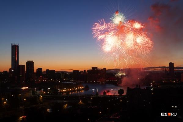 Мы покажем праздничный фейерверк над центром города