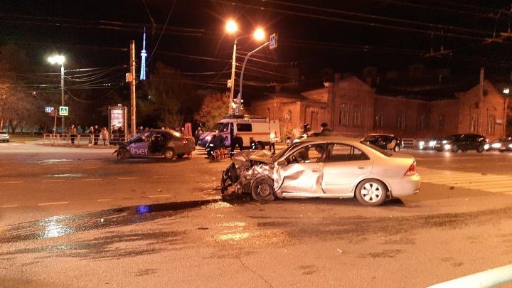 В центре Челябинска произошла авария с такси. Момент ДТП попал на видео