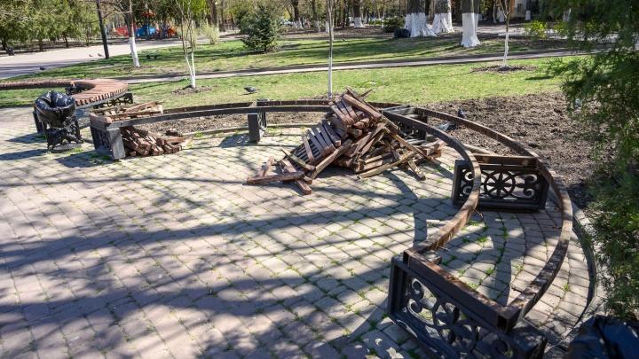 В Ростове на Пушкинской разбирают скамейки. Мы узнали почему