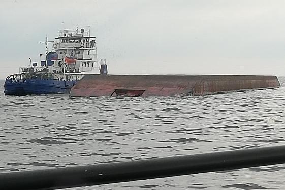 Назвали предварительную причину, почему перевернулась баржа в Рыбинском водохранилище