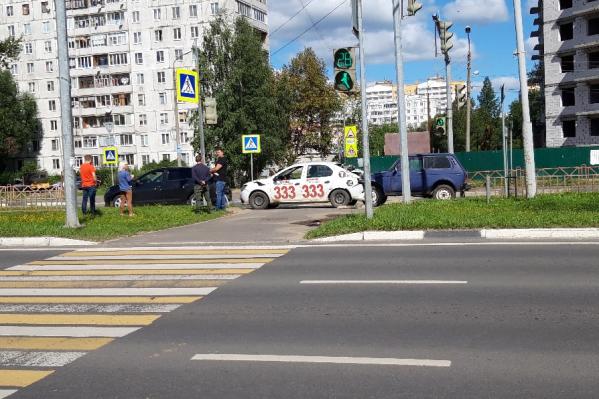 В ДТП угодили сразу две машины такси