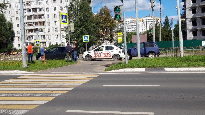 «Таксиста в коробочку взяли»: в Ярославле на проспекте Фрунзе столкнулись три машины. Видео