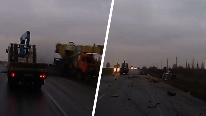 Появилось видео вечерней аварии на Ордынском шоссе, в которой погиб 63-летний водитель