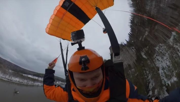 Экстремал из Екатеринбурга прыгнул с парашютом со скалы: публикуем видео