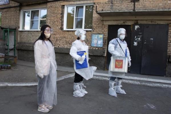 Членам избирательных комиссий приходилось одеваться, как врачам