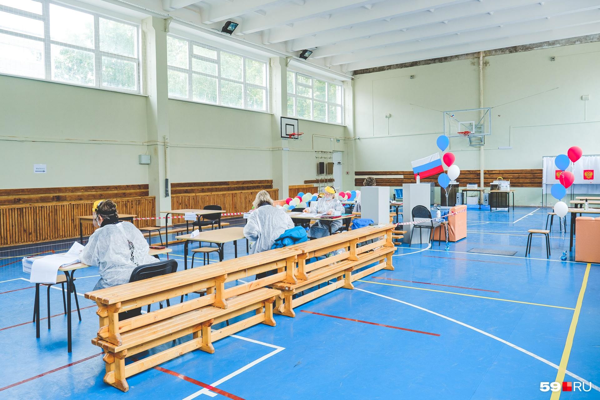 В школьном спортзале проще организовать голосование на безопасном расстоянии