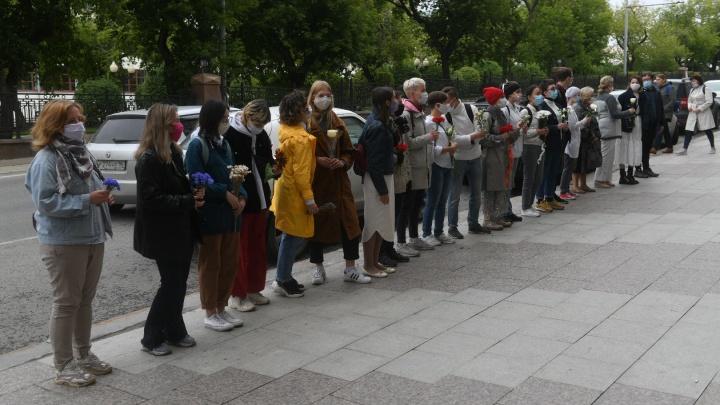 Полиция переписала данные участников: в Екатеринбурге у посольства Белоруссии прошла акция солидарности