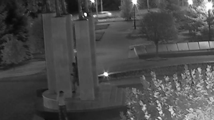 «Это сделали юноша и девушка»: осквернение памятника на Мичурина сняли на видео