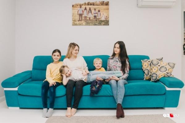 Мария с детьми Анастасией, Ириной, Василисой и Федором