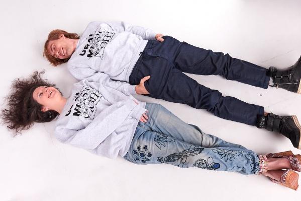 Как смотрятся футболки, показали музыкант из Екатеринбурга Миша Лузин и исполнительный директор фестиваля Наталия Шмелькова