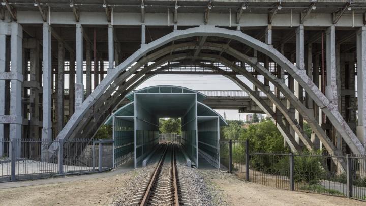 В пойме Царицы построят мост через детскую железную дорогу